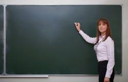 Di nuovo alla scuola. Ritratto dell'insegnante con gesso. Fotografia Stock