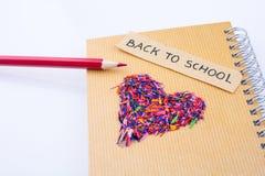 Di nuovo alla scuola scritta intitoli e una matita di forma e di colore del cuore Immagini Stock