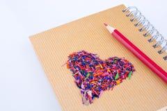 Di nuovo alla scuola scritta intitoli e una matita di forma e di colore del cuore Immagine Stock Libera da Diritti
