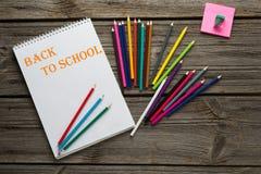 Di nuovo alle matite ed al cuscinetto di arte degli allievi della scuola sopra Fotografia Stock