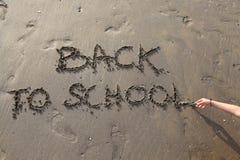 Di nuovo a grande della scuola scritto sulla spiaggia Immagine Stock Libera da Diritti