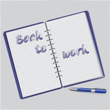Di nuovo a lavoro Blocco note blu con testo Immagine Stock