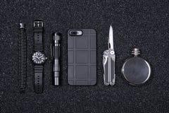 Di ogni giorno porti gli oggetti militari di EDC per il multi strumento degli uomini, l'accendino, il telefono, l'orologio tattic fotografie stock