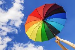 di ombrello colorato Multi sui precedenti del cielo immagine stock
