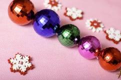 di palle e di fiocchi di neve colorati Multi di Natale Fotografie Stock Libere da Diritti