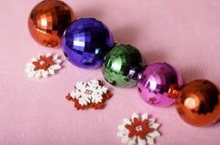 di palle e di fiocchi di neve colorati Multi di Natale Immagini Stock Libere da Diritti