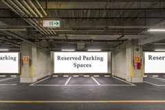 Di parcheggio del garage interiore nel sottosuolo fotografia stock libera da diritti
