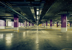 Di parcheggio del garage interiore nel sottosuolo Fotografie Stock Libere da Diritti