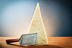 Di parmigiano con una grattugia Fotografia Stock