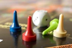 di patate fritte tagliate in pezzi sottili colorate Multi con i dadi sul bordo di gioco Bordo g fotografia stock