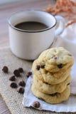Di pepita di cioccolato dei biscotti con caffè ed il bordo nero su iuta, prima colazione, mattina fresca Fotografia Stock