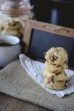 Di pepita di cioccolato dei biscotti con caffè ed il bordo nero su iuta, prima colazione, mattina fresca Immagine Stock Libera da Diritti