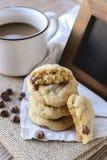 Di pepita di cioccolato dei biscotti con caffè ed il bordo nero su iuta, prima colazione, mattina fresca Fotografie Stock
