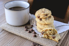 Di pepita di cioccolato dei biscotti con caffè ed il bordo nero su iuta, prima colazione, mattina fresca Fotografia Stock Libera da Diritti