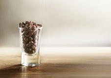 Di pepita di cioccolato dentro la tazza immagine stock libera da diritti
