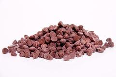 Di pepita di cioccolato su priorità bassa bianca Immagini Stock