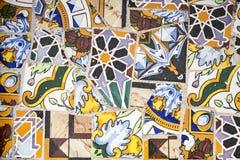 di pezzi colorati Multi di mattonelle su una parete Fotografia Stock