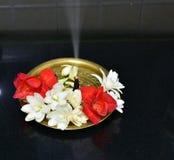 Di piastra metallica d'ottone decorato con incenso dei fiori e dell'aroma del gelsomino Fotografia Stock