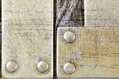 Di piastra metallica graffiato su struttura di cuoio nera del fondo Fotografie Stock Libere da Diritti