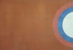 Di piastra metallica marrone chiaro con i ribattini per il lerciume o il fondo astratto Fotografia Stock Libera da Diritti