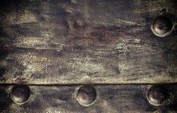 Di piastra metallica nero di lerciume con i ribattini avvita la struttura del fondo Immagine Stock