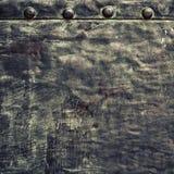 Di piastra metallica nero di lerciume con i ribattini avvita la struttura del fondo Immagini Stock