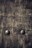 Di piastra metallica nero di lerciume con i ribattini avvita la struttura del fondo Immagini Stock Libere da Diritti