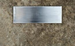 Di piastra metallica spazzolato sulla superficie marrone del cemento con pittura cade Immagine Stock Libera da Diritti