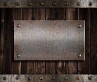 Di piastra metallica sulla vecchia parete di legno Immagini Stock Libere da Diritti