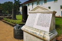 Di pietra turistici firmano dentro vecchio Goa, India Fotografie Stock