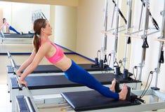 Di Pilates del riformatore della donna esercizio di allungamento della parte posteriore lungamente Immagine Stock Libera da Diritti