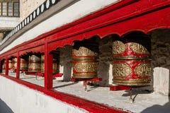 Di preghiera delle ruote tibetano buddista rosso dentro del palazzo Leh Ladakh di Shey immagini stock libere da diritti