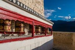 Di preghiera delle ruote tibetano buddista rosso dentro del palazzo Leh Ladakh di Shey fotografia stock