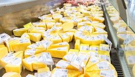 Di recente formaggio saporito pronto alla vendita nella vetrina al superm Immagine Stock