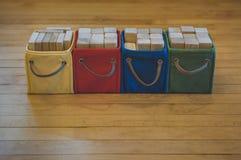 di recipienti colorati Multi di Toy Blocks di legno Immagine Stock