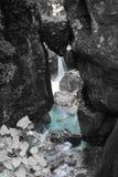Di roccia incuneato capo- famoso del ` s dell'orso in bello tolmin si rimpinza di nel parco nazionale del triglav, Slovenia immagine stock