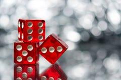Di rosso dadi di gioco della BO sic con fondo scintillante bianco Immagini Stock