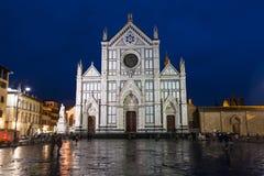 Di Santa Croce de basilique sur Piazza dans la nuit pluvieuse Images libres de droits