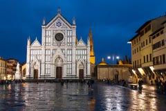 Di Santa Croce de Piazza avec la basilique dans la nuit pluvieuse Photographie stock libre de droits