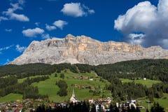 Di Santa Croce en dolomías del este, valle de Badia, el Tyrol del sur, Italia de Sasso fotografía de archivo libre de regalías