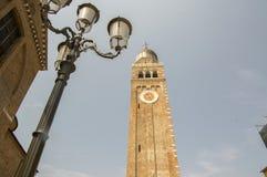 Di Santa Maria Assunta de Cathedrale, torre de pulso de disparo da igreja em Chioggia, Itália, dia ensolarado, céu azul Fotografia de Stock Royalty Free