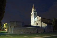 Di Santa Maria Assunta van de kathedraalbasiliek 's nachts, Aquileia, Friuli, Italië Stock Fotografie
