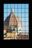 Di Santa Maria del Fiore derrière la fenêtre, Florence de Cattedrale Images libres de droits