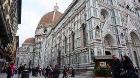 Di Santa Maria del Fiore för turistbesökbasilika i Florence Arkivfoton