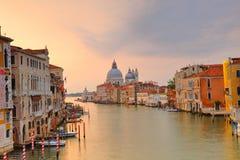 Di Santa Maria della Salute della basilica sul canale di giudecca a Venezia immagine stock