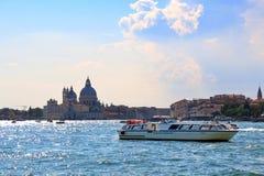 Di Santa Maria della Salute de la basílica en la tarde Venecia, Italia imagen de archivo libre de regalías