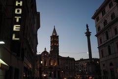 Di Santa Maria Maggiore de la plaza en Roma, Italia, en la oscuridad imagen de archivo libre de regalías