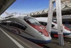 ` Di Sapsan del ` dei treni ad alta velocità vicino al binario la stazione ferroviaria di Leningrado a Mosca Fotografie Stock Libere da Diritti