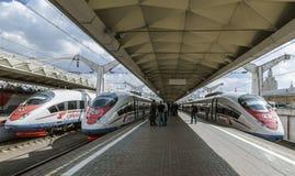 ` Di Sapsan del ` dei treni ad alta velocità vicino al binario la stazione ferroviaria di Leningrado a Mosca, Fotografia Stock