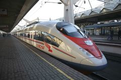 ` Di Sapsan del ` del treno ad alta velocità al binario alla stazione ferroviaria di Leningradsky a Mosca Fotografia Stock